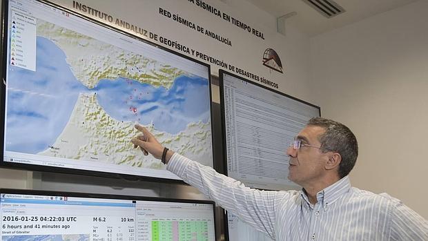 El director del Instituto Andaluz de Geofísica de Granada, José Morales, señala las zonas con mayor y menor intensidad donde se ha sentido el terremoto