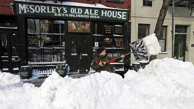 Nueva York, este domingo 24 de enero, lucha por deshacerse de la nieve que bloquea todas las entradas y accesos a viviendas y establecimientos