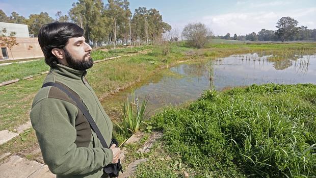 El ornitólogo Jose Carlos Sires, invidente, distingue a los pajaros por su trino