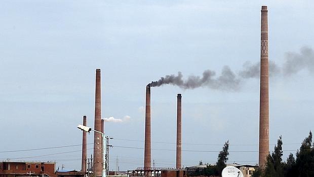 El humo sale de una fábrica cerca de El Cairo, Egipto