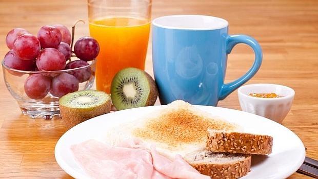 Un desayuno completo debe incluir lácteos, cereales y fruta