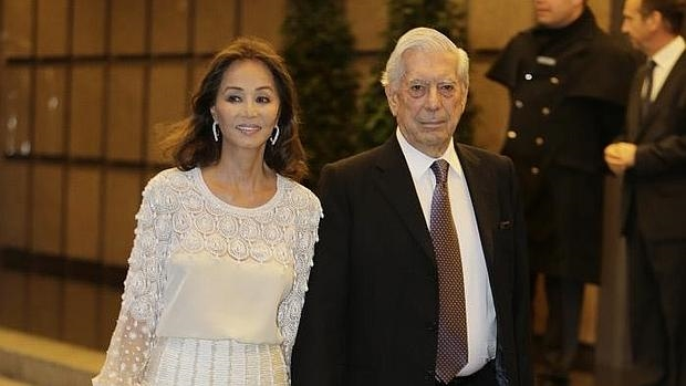 El escritor Mario Vargas Lllos, junto a Isabel Preysler, este lunes a su llegada al hotel Villa Magna de Madrid