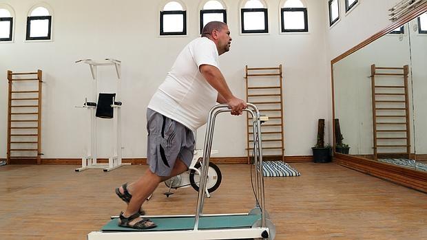Un hombre practica ejercicio para combatir los kilos de más