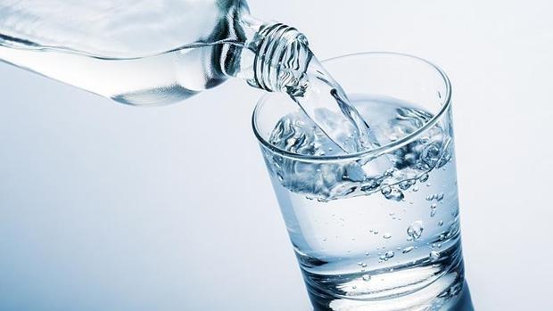 Cuánta agua debemos beber al día?