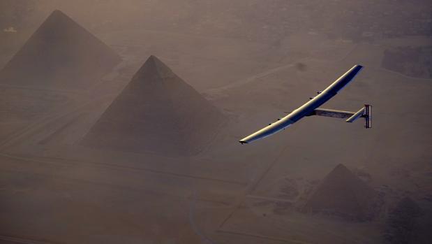 El avión recubierto con placas solares sobrevuela El Cairo