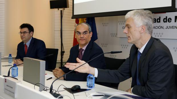 Andreas Schleicher analiza las claves para España del informe PISA en presencia del consejero madrileño de Educación, Rafael Van Grieken