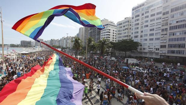 Miles de personas participan en un desfile del Orgullo de Lesbianas, Gais, Bisexuales y Transexuales