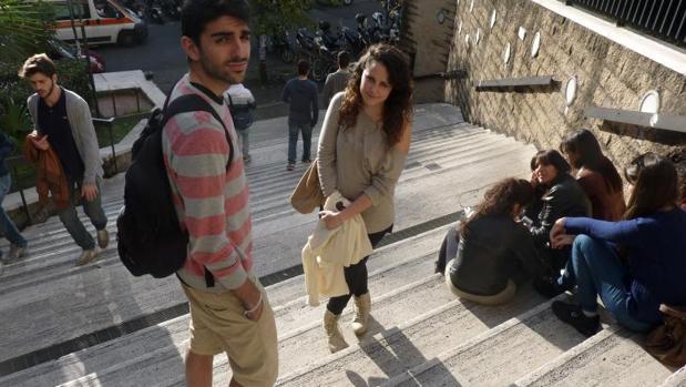 Estudiantes a las puertas de la Universidad de Roma