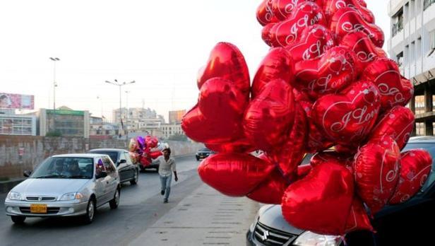 Globos que celebran San Valentín en una ciudad paquistaní