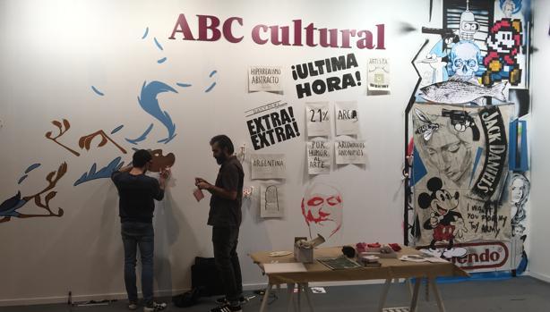 Miguel Ángel Funes y Javier Conde en el stand de ABC Cultural en ARCO