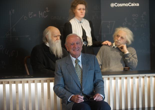 El psiquiatra Joaquín Fusteri posa para ABC junto a unas réplicas de Darwin, Curie, y Einstein