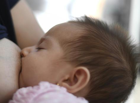Una mujer da el pecho en la semana de la lactancia
