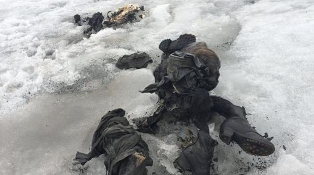 Fotografía cedida por Glacier 3000, que muestra varias prendas de ropa y botas, que podrían ser de Marcelin y Francine Dumoulin