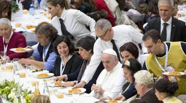 El Santo Padre invitó el pasado domingo a almorzar 1500 personas de pocos recursos