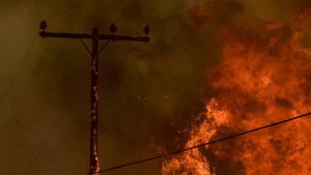 Las llamas están acercándose a las mansiones de lujo de California y han dejado sin luz a miles de personas, porque ha afectado a la red de postes