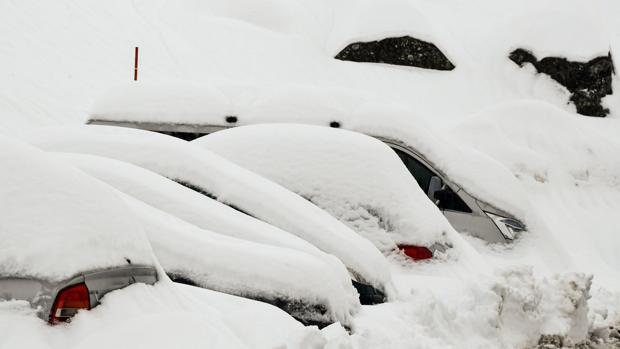 Coches sepultados por la nieve en el resort de esquí Les Menuires en los Alpes franceses