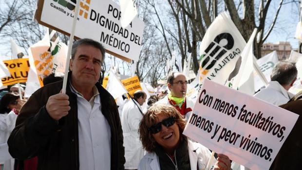 Dos médicos portan sendas pancartas durante la manifestación convocada por el colectivo hoy a las puertas del Ministerio de Sanidad bajo el lema «Hay razones, acude»