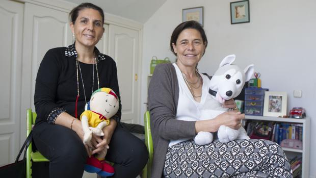Teresa y María, madres de acogida, posan en la habitación de José ISABEL PERMUY