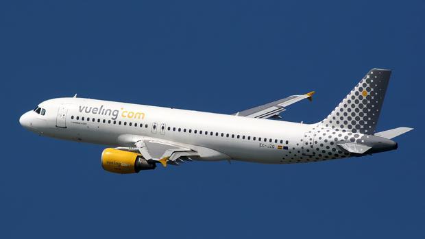 Un avión de Vueling en el aire