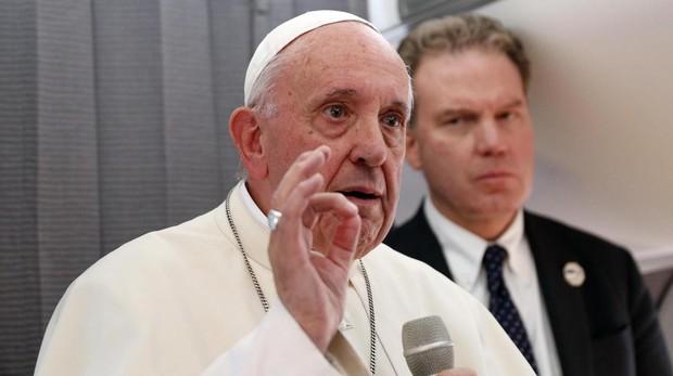 Francisco durante la rueda de prensa en el viaje de vuelta a Roma
