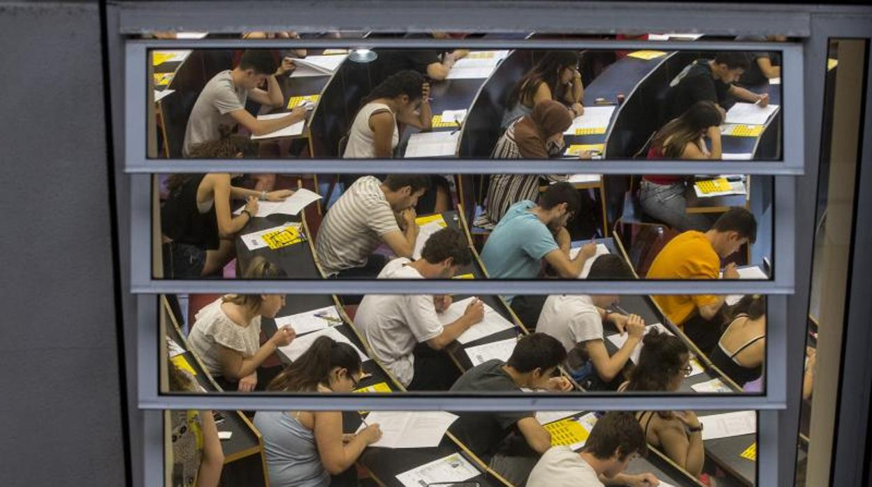 Los profesores catalanes se plantan contra la «instrumentalización nacionalista de los campus»