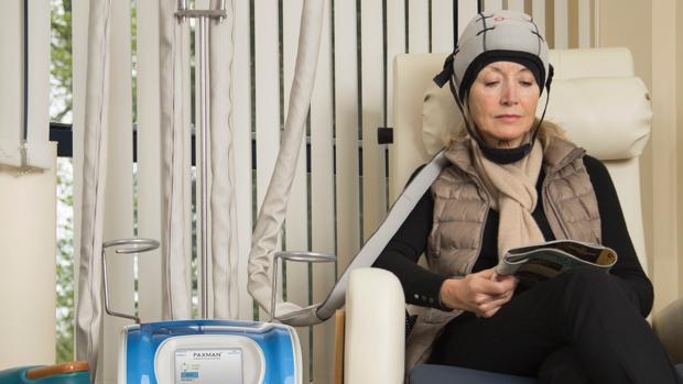Una paciente usa Oncobel, una herramienta que enfría el cuero cabelludo y evita la pérdida de pelo