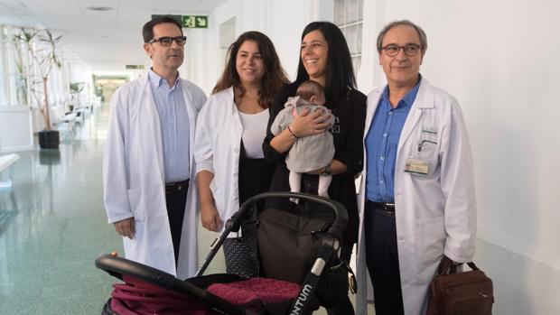 Médicos del Clínic de Barcelona con Daniela, la niña nacida gracias a un autotrasplante de ovario