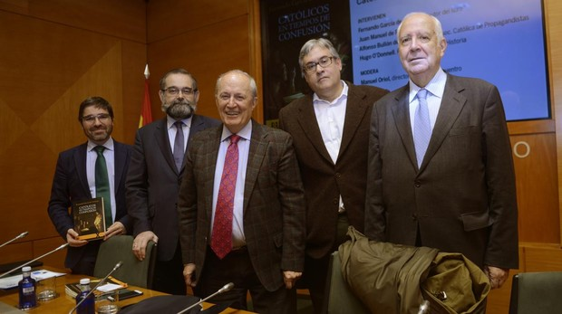 De izquierda a derecha, Manuel Oriol, Alfonso Bullón de Mendoza, Fernando García Cortázar, Juan Manuel de Prada y Hugo O'Donnell