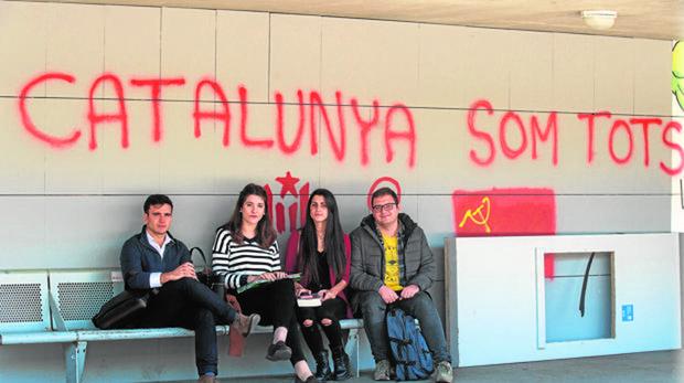 Andrea Haro (segunda, izquierda), miembro de la «resistencia antiindependentista» con sus compañeros de la Universidad Politécnica de Barcelona
