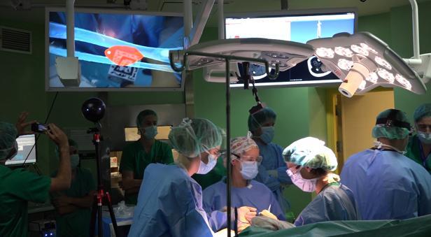 Imagen del quirófano y de la imagen que obtiene el cirujano gracias a las gafas de realidad aumentada