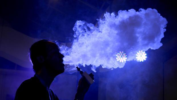 La nube que deja el cigarrillo electrónico contiene sustancias tóxicas aunque parezca vapor de agua