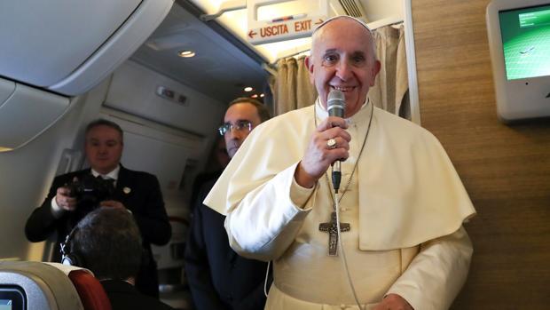 El Pontífice, a bordo del avión que le trasladaba a Emiratos