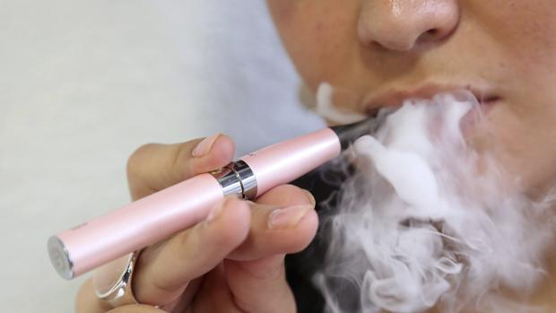 Una mujer fumando un cigarrillo electrónico
