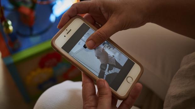 Una mujer muestra a la gestante que dio a luz a su hijo