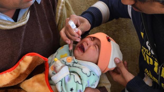 Un niño recibe la vacuna de la polio en Pakistán