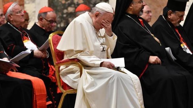 El Papa durante la plegaria penitencial en Sala Regia del Palacio Apostólico