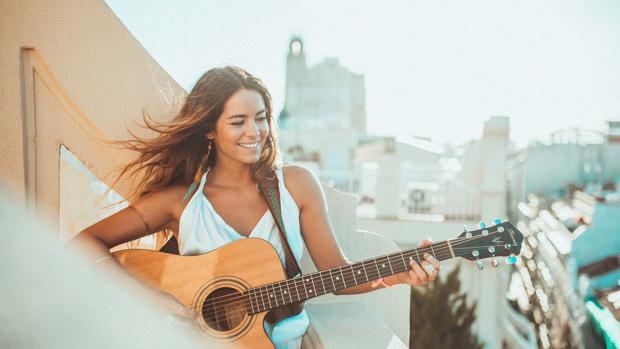 Sofía Ellar, que destinará parte de los beneficios de su single «Humanidad en paro», durante una actuación