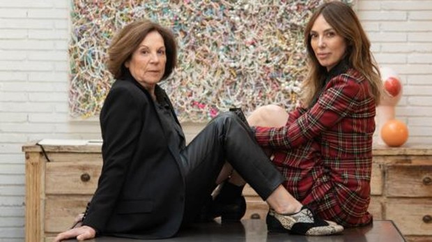 Teresa Helbig y su madre posan sobre la mesa de su atelier