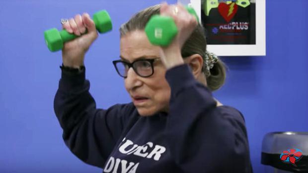 La magistra Ruth Bader Gingsburg en pleno entrenamiento a sus 85 años
