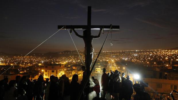 Un actor representa la crucifixión de Jesucristo durante la Semana Santa en Perú