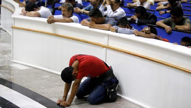 Miembros de la iglesia evangélica mexicana La Luz del Mundo rezan por su líder tras su detención