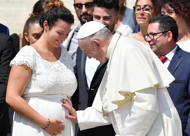 El Papa Francisco bendice a una embarazada durante la audiencia general de los miércoles en la plaza de San Pedro en el Vaticano