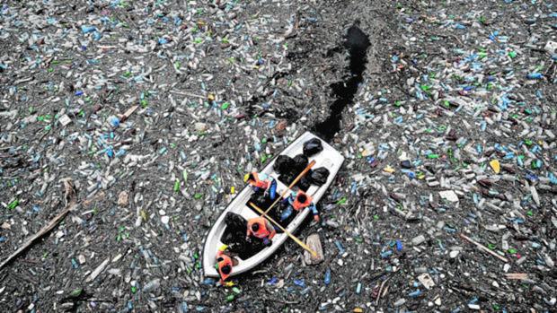 Mar lleno de plásticos