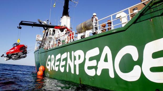 Una embarcación de Greenpeace que realiza tareas de investigación de vertidos contaminantes y su impacto en la vida marina en el Golfo de México