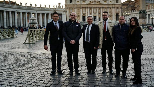 El padre Carlos Fortes, junto a los colaboradores de la Fundación Artcupa, tras la audiencia con el Papa en marzo