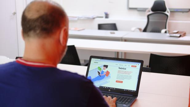 Javier trabaja en la autoescuela que el presidente de la plataforma regenta en Alcorcón. En imagen, accede a la formación digital