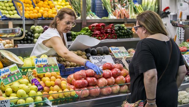 Puesto de frutas y verduras en el Mercado del Carmen, Huelva