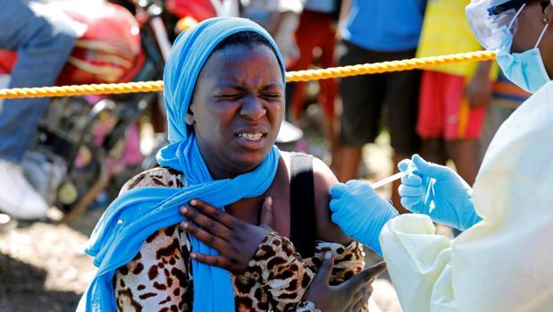 Inyectan la vacuna del ébola a una mujer en República Democrática del Congo