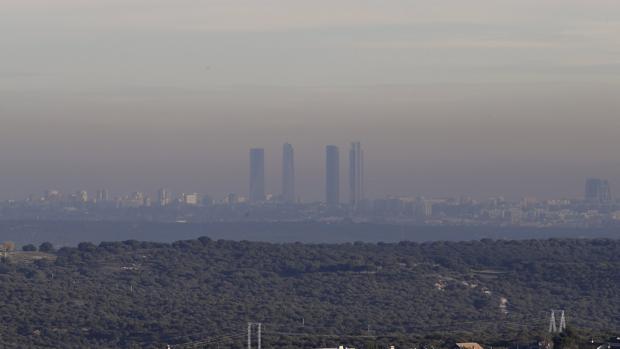 Una capa de contaminación cubre la ciudad de Madrid