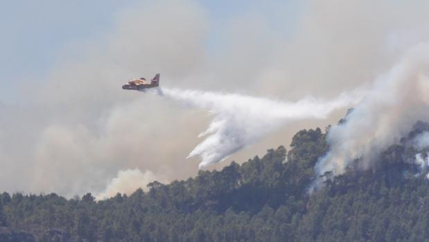 Un hidroavión pasa este martes sobre el foco del pinar de Tamadaba del incendio de Gran Canaria
